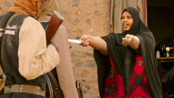 Timbuktu woman with a knife