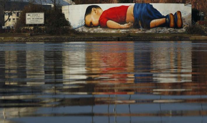 Grafiti de Justus Becker y Oguz Sen en homenaje a Aylan Kurdi, ahogado junto a su familia en las costas de Turquía. Mural frente a la sede del Banco Central Europeo (BCE) en Fráncfort.